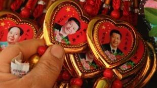 中国北京天安门广场纪念品售摊习近平纪念章