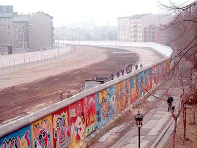 Une vue du mur de Berlin en 1986, la partie ouest couverte de graffittis et de peintures murales.