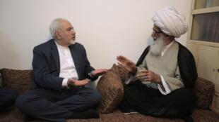 دیدار محمد جواد ظریف، وزیر امور خارجه جمهوری اسلامی ایران با اسحاق فیاض یکی از مراجع شیعه در نجف. ۵ مرداد/ ٢٧ ژوئیه ٢٠١۵