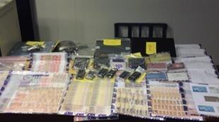 Cartões de apostas ilegais apreendidos durante operação da Interpol na Ásia.