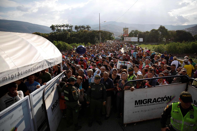 Cảnh sát Colombia cố gắng kiểm soát luồng người đông đảo từ Venezuela đi qua cầu Simon Boliva ở Cucuta, ngày 24/01/2018.