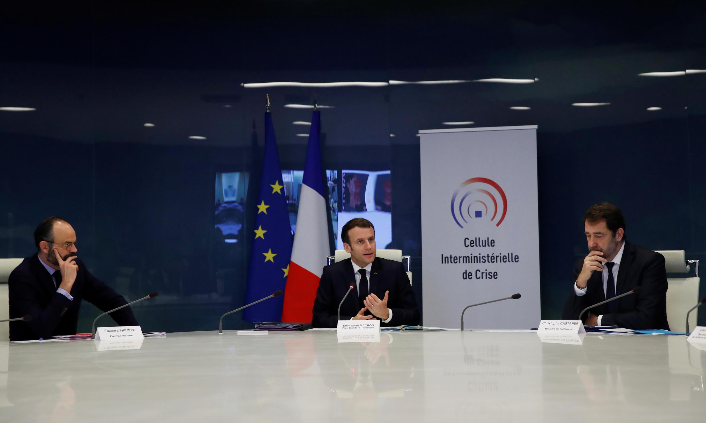 Tổng thống Pháp Emmanuel Macron (G) cùng các thành viên chính phủ họp Hội Đồng Quốc Phòng bàn chống dịch virus corona, Paris, ngày 20/03/2020