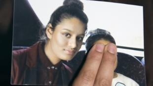 Shamima Begum, sur une photo montrée par sa sœur. Selon ce jugement, tant que la jeune femme radicalisée sera considérée comme représentant un danger, elle ne pourra pas rentrer au Royaume-Uni contester la déchéance de nationalité.