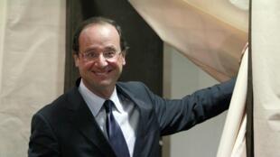 Франсуа Олланд после голосования во втором туре праймериз социалистов в Тюле, 16 октября 2011 г.
