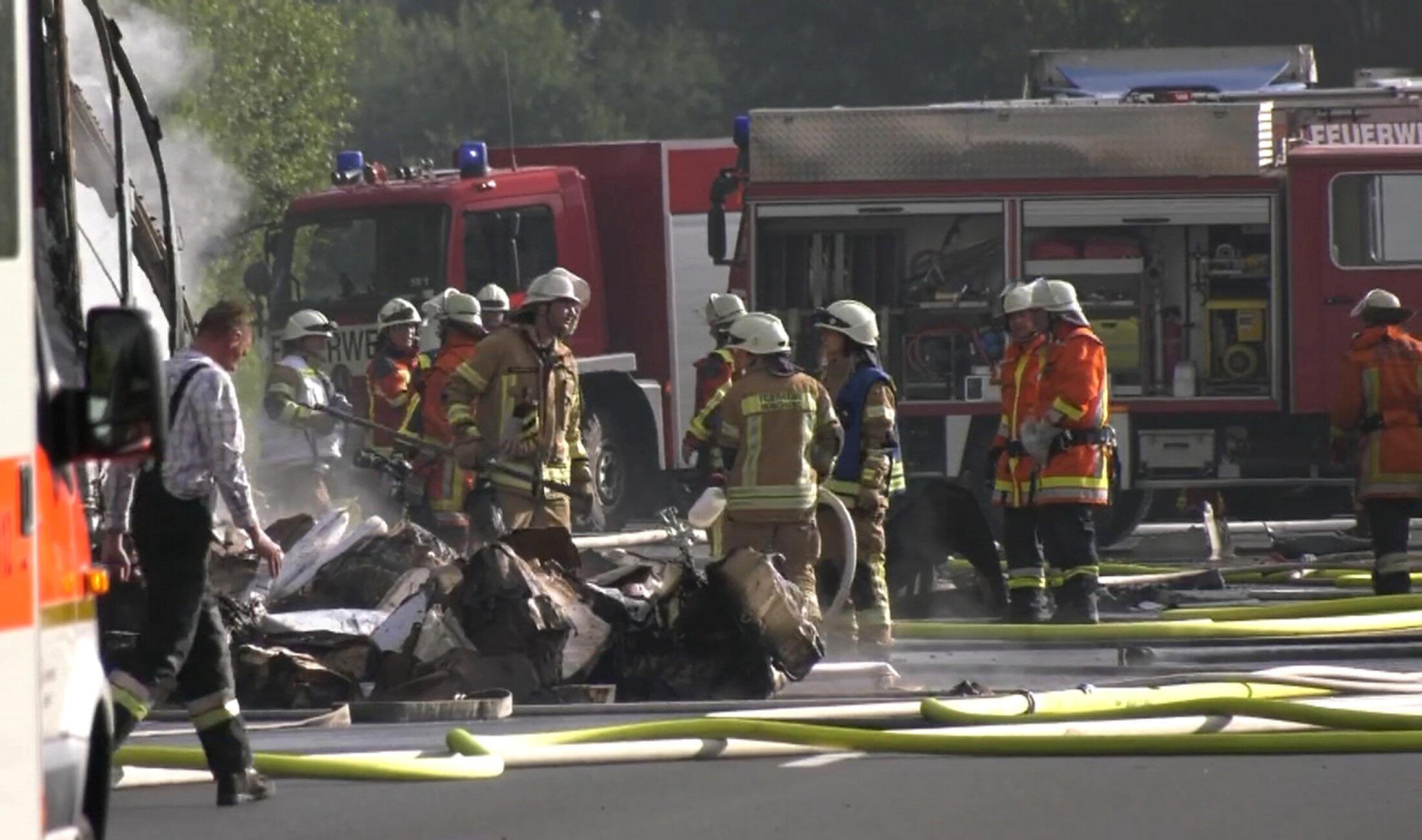 Bombeiros no local do acidente de um caminhão que explodiu em uma estrada perto de Muenchberg, na Alemanha. 03 de julho de 2017.