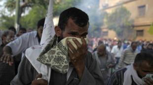 Partidários de Mursi tentam escapar das bombas de gás lacrimogêneo