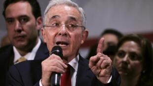 L'ancien président colombien Alvaro Uribe, lors d'une conférence de presse après une audience à la Cour suprême, le 8 octobre 2019 à Bogota.
