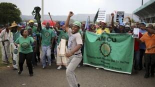 Rassemblement de mineurs de l'Association des travailleurs des mines et de la construction (AMCU) à Rustenburg, dans le nord-ouest de Johannesburg, le 19 janvier 2014.