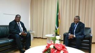 Presidente moçambicano, Filipe Nyusi, e o líder da Renamo Ossufo Momade