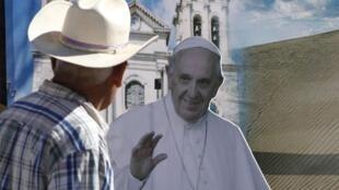 Un hombre mira una imagen del Papa antes de su visita a Ciudad Juárez, el 16 de febrero de 2016.