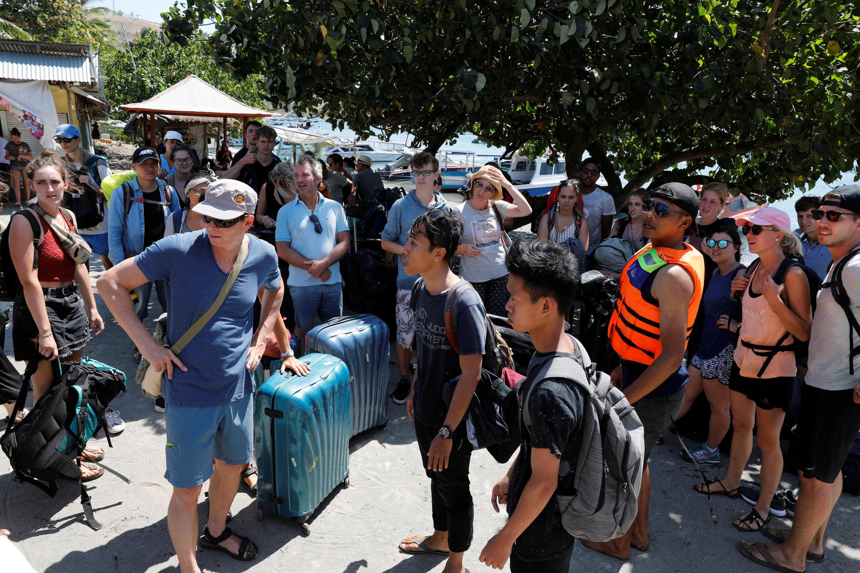 Los turistas se retiran tras el terremoto.
