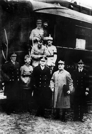 El general Foch acompañado de los militares franceses y alemanes tras la firma del armisticio, el 11 de noviembre de 1918.