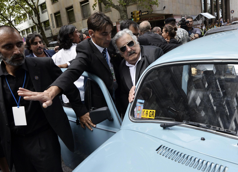 El ex presidente uruguayo, José Mujica, al subir a su coche, un Volkswagen Beetle, luego de haber transferido el mando al nuevo presidente, Tabare Vázquez, el 1° de marzo de 2015.