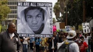 Une manifestation en mémoire à Trayvon Martin a également été organisée à Los Angeles, samedi 20 juillet. Sur la pancarte, on peut lire «Nous sommes tous Trayvon Martin. Le système entier est coupable».