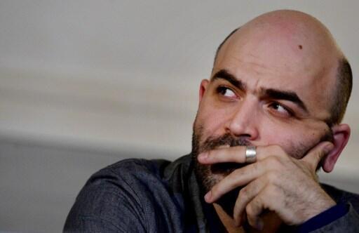 El escritor Roberto Saviano vive amenazado por la 'Camorra', la mafia napolitana, que lo persigue por la fidedigna representación que hizo el escritor de la mafia en Gomorra.