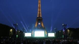 Tháp Eiffel- Paris, tụ điểm văn hóa du lịch hàng đầu của Pháp.