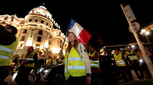 De manifestants portant des gillets jaunes, lors d'un rassemblement à Nice, le 15 novembre 2018.