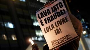 Cartaz de manifestante em protesto em São Paulo após vazamento de conversas de Sergio Moro e Deltan Dallagnol pelo site The Intercept.