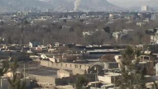 Дым, поднимающийся на месте взрыва в центре Кабула. 27 января 2018 г.