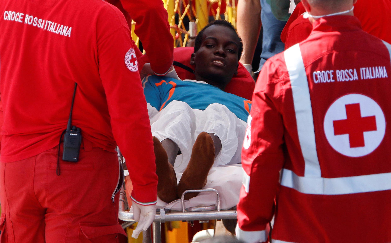Một người vượt biển được đưa lên cảng Sicili, Catania, Ý, 04/10/2016.