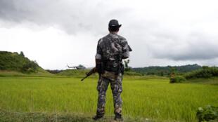 Un soldat birman monte la garde près de Maungdaw, dans le nord de l'Etat de l'Arakan, le 27 septembre 2017.