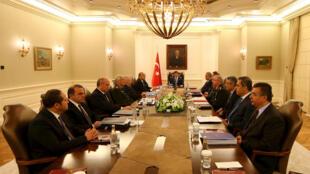 Reunión del gabinete del primer ministro Ahmet Davutoglu (centro) sobre seguridad, Ankara, 23 de julio de 2015.