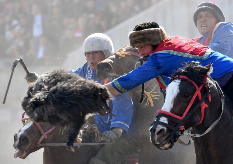 Традиционная игра «бузкаши», в ходе которой всадники пытаются отобрать друг у друга тушу козла, Бишкек, 16 марта 2017