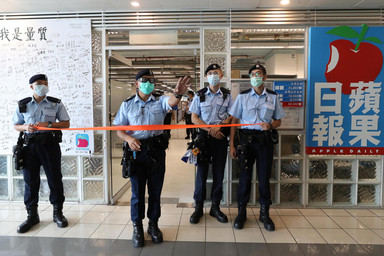 Cảnh sát Hồng Kông chặn lối vào tòa soạn của báo Apple Daily, ngày 10/08/2020.
