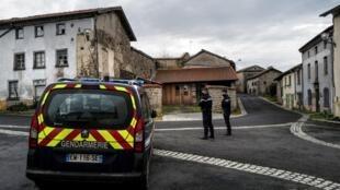 Tres gendarmes vigilan las calles de Saint-Just, en el centro de Francia, donde tres miembros de las fuerzas del orden murieron tiroteados tras intentar socorrer a una mujer víctima de violencia conyugal, el 23 de diciembre de 2020