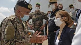 La ministre française des Armées Florence Parly s'entretient avec un général de brigade de l'armée libanaise lors du débarquement du porte-hélicoptères d'assaut amphibie de l'armée française «Tonnerre» dans le port de Beyrouth, le 14 août 2020.