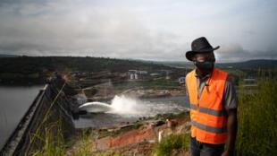 Le chef du département génie civil, Oury Dadi Diallo, se sent tout petit devant le spectacle du barrage Souapiti.