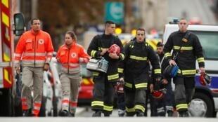 نیروهای اورژانس و آتشنشانی، بلافاصله در محل وقوع حمله، در فرمانداری انتظامی پاریس حاضر شدند.پنجشنبه سوم اکتبر.