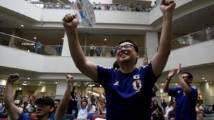 Cổ động viên Nhật vui mừng chiến thắng của đội tuyển nữ ở Vancouver, Canada.