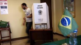 Eleitor uma zona eleitoral em La Paz, Bolívia.
