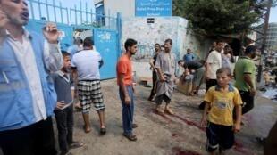 Sangue próximo ao portão da escola atacada hoje em Gaza.