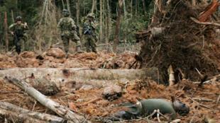Soldados colombianos inspeccionan el terreno tras un bombardeo contra posiciones de las FARC en 2009.