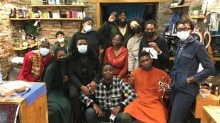 Dans le salon de coiffure Rafet Ndiort
