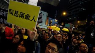 2017年3月27日,香港警方预约拘捕九名雨伞运动活动人士,泛民主派支持者在警署门外示威声援。
