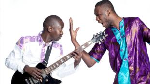 Mohamed Diaby (à droite) met des mots sur les musiques fiévreuses composées par Abdoulaye Traoré (à gauche).