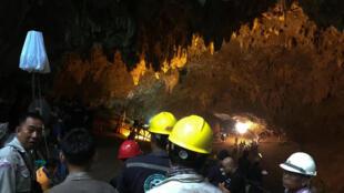 Dezenas de pessoas, incluindo mergulhadores, participam nas buscas de 12 crianças que estão presas em uma caverna do norte da Tailândia há três dias.