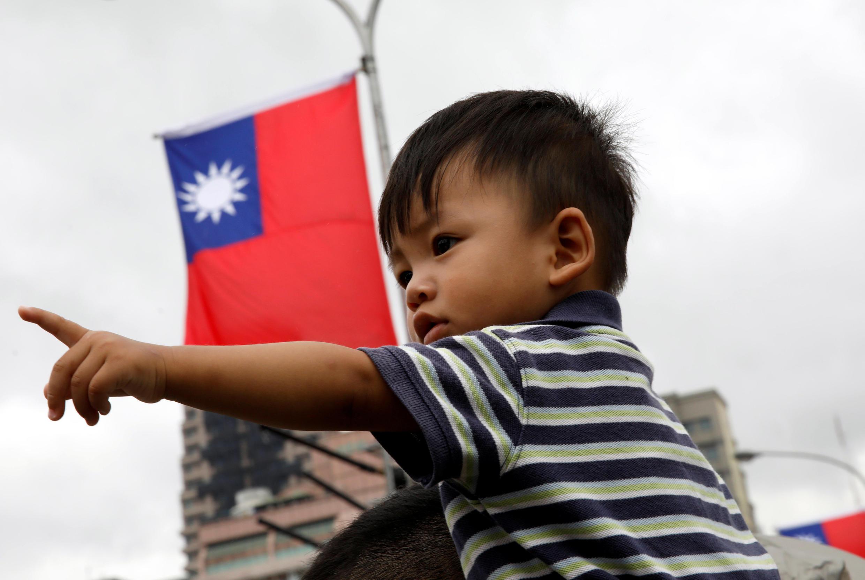 Menino de Taiwan durante o dia nacional em Taipé.