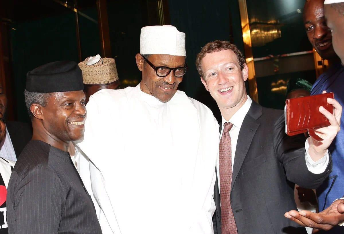 Le président nigérian, Muhammadu Buhari (C) accompagné de son vice président  Yemi Osinbajo (G) et  le fondateur de Facebook, Mark Zuckerberg (D).