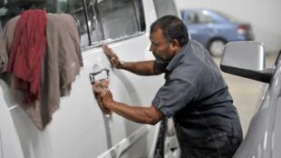 Le gouvernement saoudien a donné aux travailleurs étrangers jusqu'au 9 juillet 2013 pour régulariser leur contrat de travail sous peine d'arrestation, d'emprisonnement, de paiement d'une amende et d'expulsion.