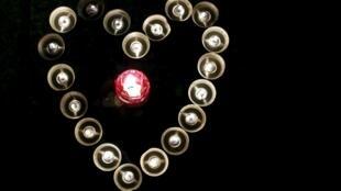 Autour du Bataclan, des bougies, des fleurs, des petits mots, des drapeaux tricolores ou des dessins d'enfants sont déposés en hommage aux victimes des attentats.