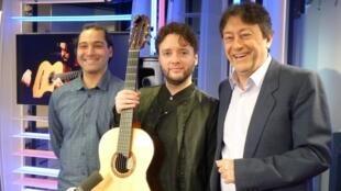 El guitarrista argentino Guillermo Rizzotto con Victor Iermito y Jordi Batalle después de la grabación de El invitado de RFI.
