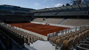 Inaugurada em 2019, a nova grande quadra de Roland Garros, a  Simonne Mathieu, tem capacidade para 5.000 pessoas, mas acolherá somente 1.500 em 2020, devido às restrições santirárias impostas pela Covid-19.