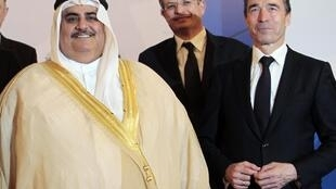 Bahrain's Foreign Minister Sheikh Khaled bin Ahmed Al Khalifa (L) with Nato Secretary-General Anders Fogh Rasmussen