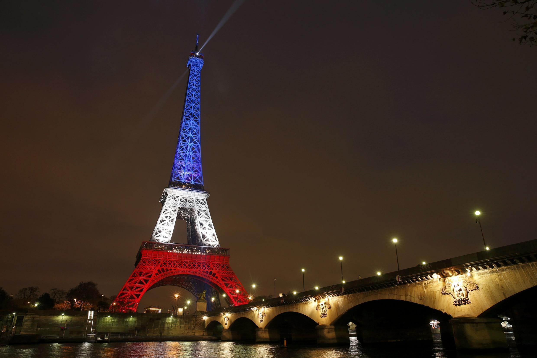 Tháp Eiffel mang màu cờ Pháp : xanh- trắng- đỏ. (Ảnh chụp ngày 16/11/2015)