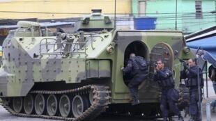 Tanque da Marinha patrulha as ruas no Rio de Janeiro.