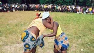 E ner Kaasanasi, cippiro no tawaa e ɗarte finaa-tawaaje leñol Joola. Ko ɗarte ɗe rewɓe tawetee e mum.